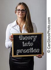 teoria, in, pratica, -, giovane, donna d'affari, presa a terra, lavagna, con, testo