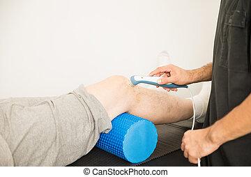 terapeut, användande, ultraljud, till fest, patient's, knä, in, sjukhus