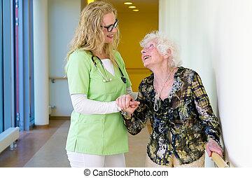 terapeut, bistå, gammelagtig, gå, ind, hospitalet