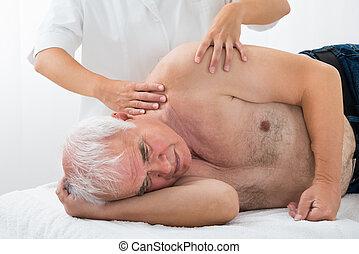 terapeut, ge sig, massera, till, äldre bemanna