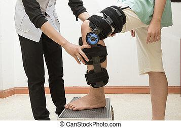 terapeut, prøvning, en, knæ afstivning, til, patient, ben
