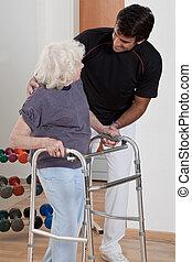 terapeuta, ajudando, paciente, uso, caminhante
