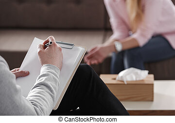 terapeuta, close-up, assento mulher, notas, sofá, experiência., único, sessão, durante, aconselhar, passe escrito, obscurecido