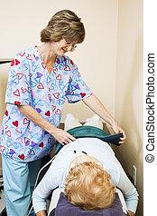 terapeuta físico, trata, paciente
