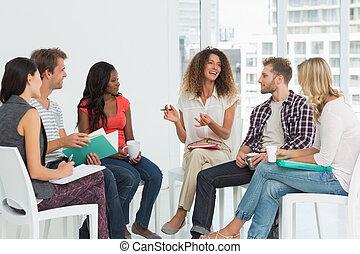 terapeuta, grupa, uśmiechanie się, rozmawianie, rehab
