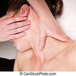 terapeuta, mujer, cuello, relajante, obteniendo, calificado, trapezius, músculos, masaje