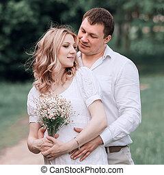 terhes, feleség, liget, ölelgetés, jár, férj