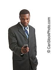 természetes külső, fiatal, african american hím, texting, elszigetelt