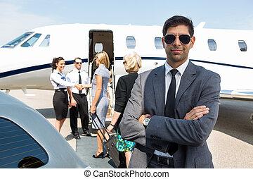 terminal, confiante, aeroporto, jovem, homem negócios