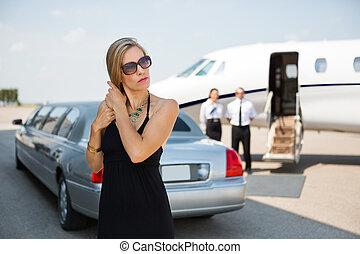 terminal, elegante, aeroporto, mulher