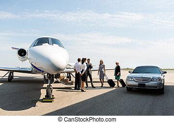 terminal, pilot, airhostess, geschäftsmenschen