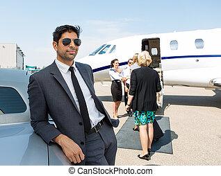terminal, voiture, aéroport, homme affaires, penchant