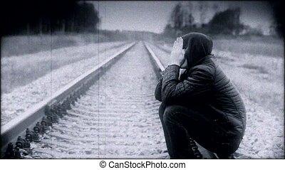 terneergeslagen, jongen, spoorweg