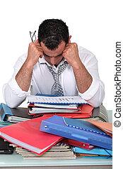 terneergeslagen, zakenman, omringde, schrijfwerk