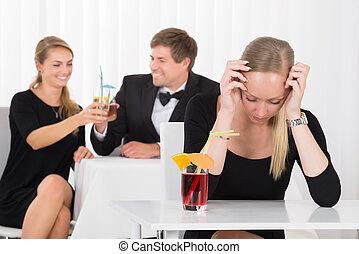 terneergeslagen, zittende , vrouw, restaurant