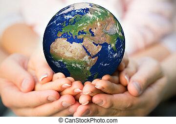 terra planeta, família, segurando