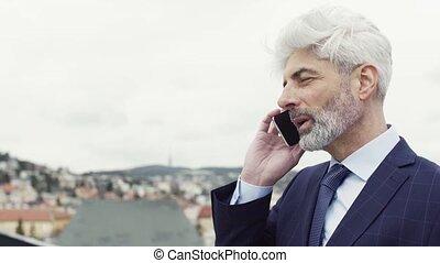 terrasse, call., smartphone, debout, mûrir, confection, téléphone, homme affaires