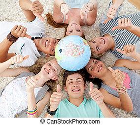 terrestre, cabeças, centro, chão, globo, adolescentes, cima,...