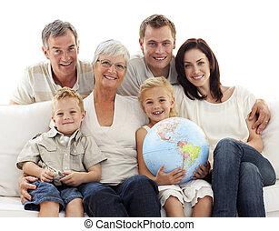 terrestre, família, grande, globo, segurando, sofá