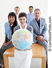terrestre, negócio, globo, segurando, equipe, sorrindo