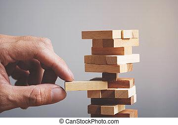 tervezés, kockáztat, és, stratégia, alatt, ügy, üzletember, és, konstruál, hazárdjáték, elhelyezés, wooden gátol, képben látható, egy, bástya