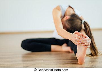 testa, donna, attivo, seduta, yoga, curva, avanti, ginocchio, esercizio