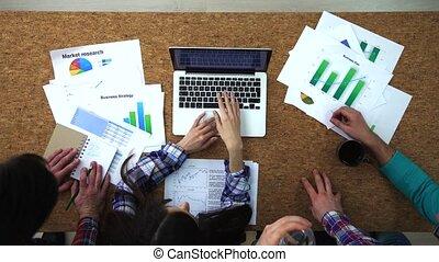 tető kilátás, közül, businesspeople, -ban, egy, laptop, ötletvihar