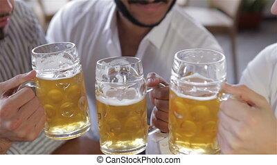 tető kilátás, közül, három, fiatal férfiak, noha, sör
