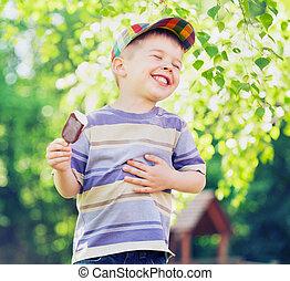 tevreden, kleine, jongen, eten, een, ijs