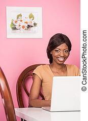 tevreden, vrouw, jonge, laptop., amerikaan, afrikaan, ...