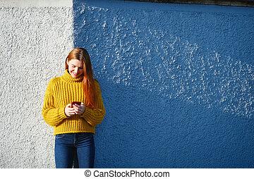 texte, extérieur, envoi, téléphone, roux, message, femme, jeune