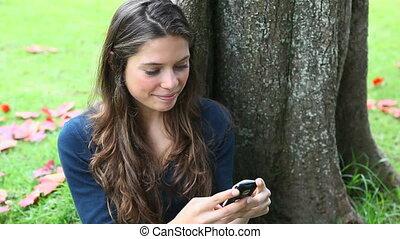 texting, femme, parc