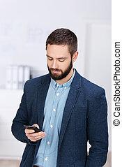 texto, teléfono celular, por, hombre de negocios, mensajería