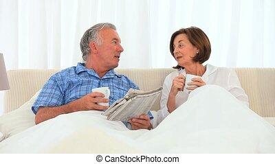 thé, couple, avoir, personnes agées, tasse