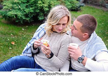 thé, couple, boire, parc, jeune