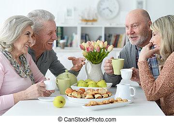 thé, deux, boire, couples, personne agee