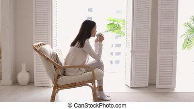 thé, fenêtre, appartement, boire, regarder, décontracté, jeune femme, par