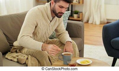 thé, jeune, couverture, maison, malade, chaud, homme, boire