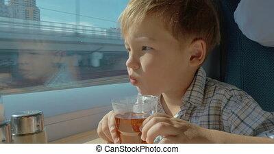 thé, regarder, fenêtre, train, en mouvement, enfant, avoir, dehors