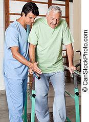 thérapeute, aider, homme aîné, marcher, à, les, soutien, de,...
