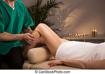 thérapeute, masser, femme, jambe