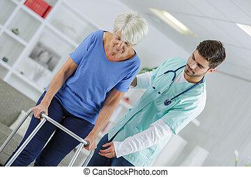 thérapie, marche, personne agee