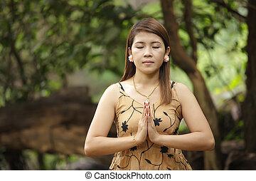 thai woman praying