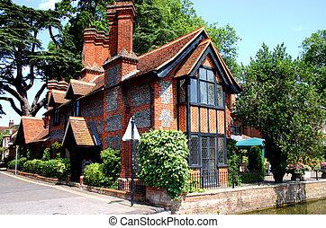 Thames cottage - Traditional riverside brick and flint...