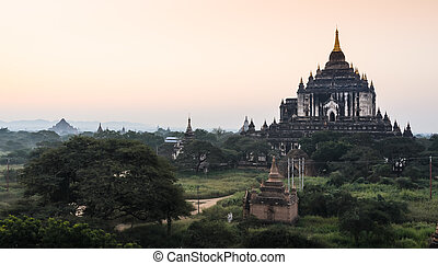 Thatbyinnyu temple, Myanmar - View of Thatbyinnyu temple at...