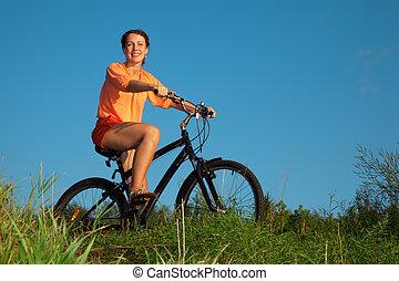 the, 在一輛自行車上的女孩, 在, the, 夏天, 晚上