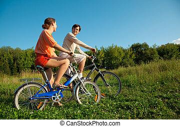 the, 女孩, 以及, the, 人, 去, 為, a, 驅動, 上, bicycles, 在, a, 陽光充足的日