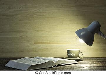 the, 書, 以及, 杯咖啡, 是, 照明, 所作, 光, 從, a, 燈, 上, a, 桌子, 在, a, 暗室