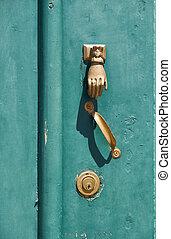 the, 老, 綠色的門, 由于, the, 門環, 在, the, 形狀, ......的, a, 手。, mertola., baixo, alentejo., 葡萄牙