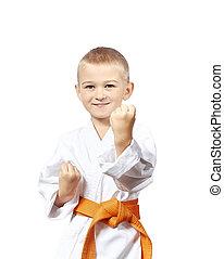 The child in karategi stay in rack